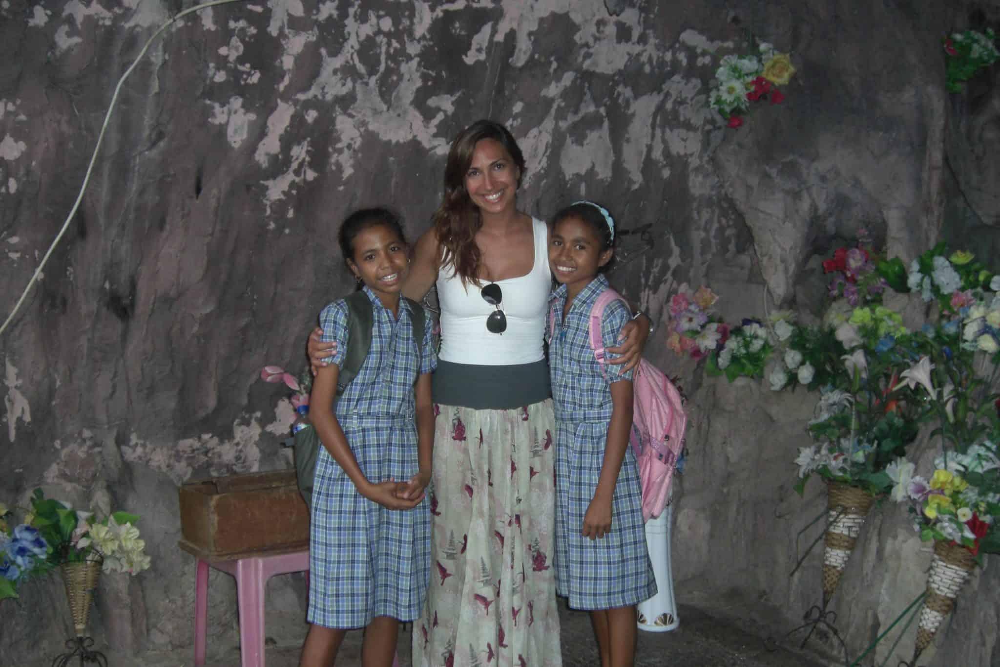 Numa gruta com crianáas timorenses, em D°li